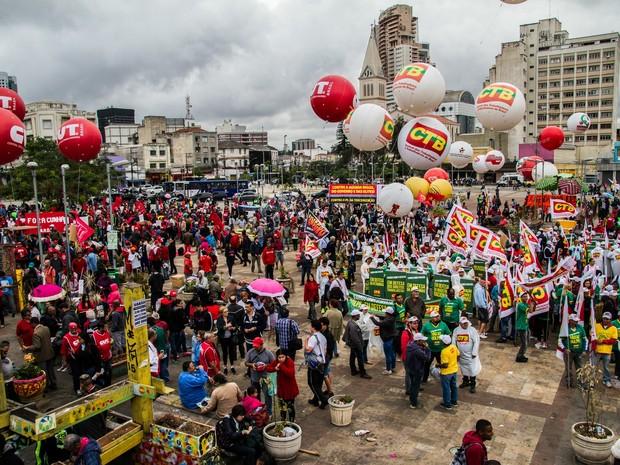 Integrantes de centrais sindicais e movimentos sociais se reúnem para ato em defesa da presidente Dilma Rousseff e contra o seu impeachment, no Largo da Batata, em Pinheiros, na zona oeste de São Paulo, na tarde desta quinta-feira (20) (Foto: Dario Oliveira/Código19/Estadão Conteúdo)