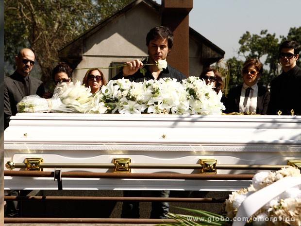 Thales fica arrasado no enterro de Nicole (Foto: Amor à Vida / TV Globo)