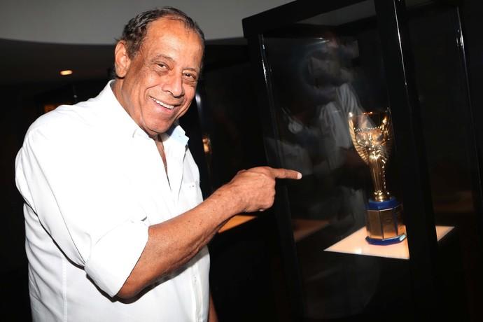 Carlos Alberto Torres com a Taça Jules Rimet (Foto: Rafael Ribeiro/Arquivo CBF)