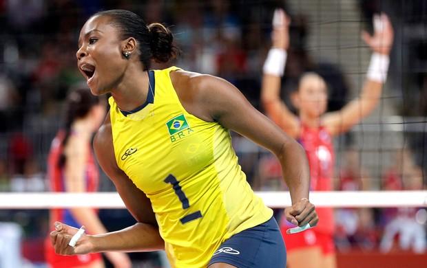 Fabiana comemora ponto do Brasil no vôlei contra Rússia (Foto: AP)