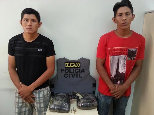 Fabrício e David do Nascimento foram presos com 2 kg de maconha e uma arma calibre 38; os dois foram autuados em flagrante por tráfico e associação para o tráfico (Foto: Divulgação/Polícia Civil)