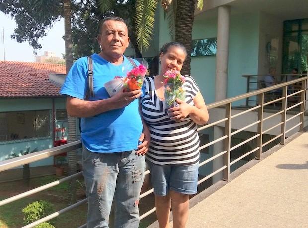 Evaldo Cordeiro e a esposa Esli Alves receberam as folores dos alunos em Piracicaba (Foto: Thainara Cabral/G1)