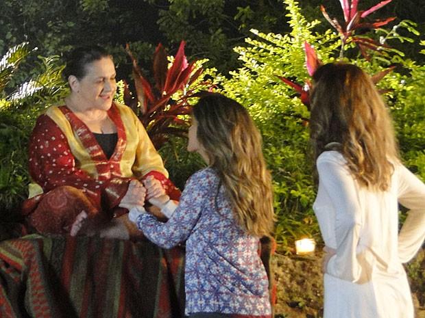 Tina conversa com a monja Madá (Foto: Sangue Bom / TV Globo)