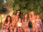 Ana Paula Siebert posa com Rafa Justus e Vera Viel com filhas na piscina