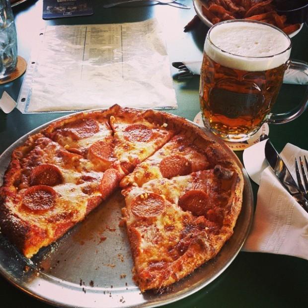 Pizza e cerveja: uma das combinações dos sonhos de todo bêbado (Foto: Wikicommons)