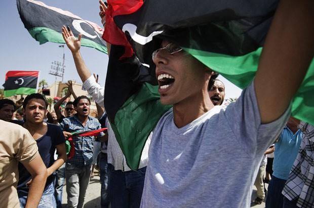 Líbios celebram após votar em primeira eleição livre em 60 anos, no sábado (7) (Foto: Gianluigi Guercia / AFP )