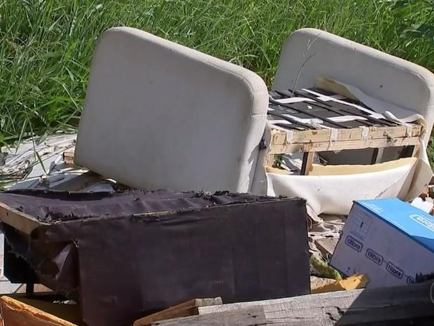 Móveis jogados preocupam moradores (Foto: Reprodução/ TV TEM)