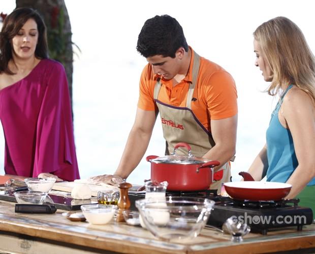 Enzo prepara nhoque com shitake para o Estrelas (Foto: Inácio Moraes/TV Globo)