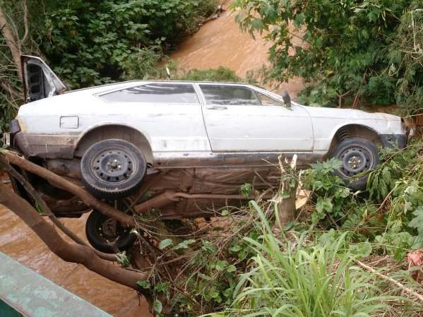 Motorista é salvo de queda em rio após carro ficar preso em árvore (Foto: Arquivo pessoal / Eurico Monteiro)