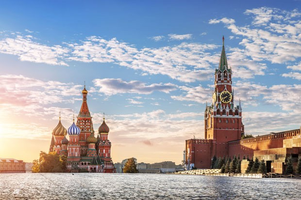 St. Basil's Cathedral and Spasskaya tower on Red Square in Moscow in the morning sun (Foto: Getty Images/iStockphoto)