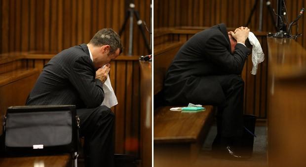 Réu no julgamento, Oscar Pistorius se abaixa para vomitar em um balde na corte em Pretória (Foto: Siphiwe Sibeko/Pool/Reuters)
