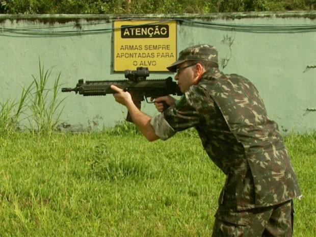 Novo fuzil pode disparar até 600 tiros por minuto (Foto: Reprodução EPTV / Marcelo Rodrigues)