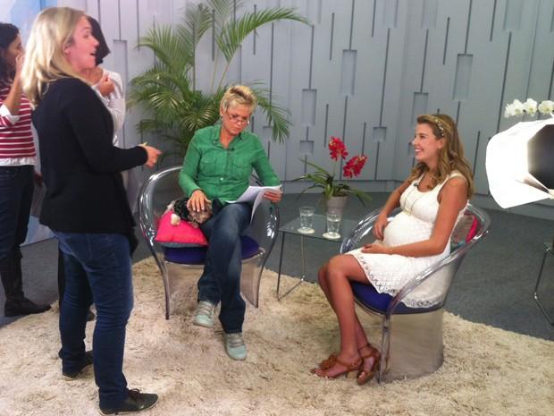 Debby conversa com diretora Andrezza Cruz  (Foto: Divulgação / Xuxa Produções)