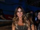 Nicole Bahls deixa as pernas de fora em noite de funk no Rio