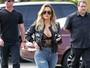 Oi?! Khloe Kardashian combina look sexy com pantufas