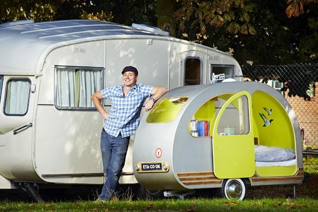 Yannick Read, de 43 anos,  construiu o menor trailer do mundo (Foto: AFP/Guinness World Records/Paul Michael Hughes)