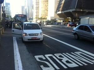 Táxi ignora faixa exclusiva para ônibus (Foto: Letícia Macedo/ G1)