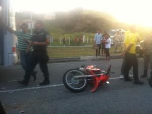 Um pessoa ficou ferida no acidente envolvendo uma motocicleta e um carro na RJ-140 (Foto: Heitor Moreira / G1)
