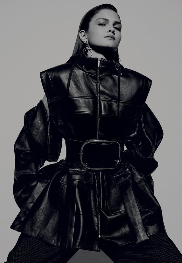 Bianca Ribeiro usa casaco, R$ 7.732, Gloria Coelho; calça, R$ 770, Anne Fernandes. Brincos, R$ 2.930, Louis Vuitton; cinto, Zana Bayne (Foto: Rafael Pavarotti)