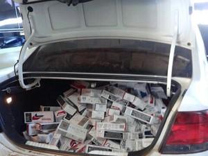 Cigarros foram apreendidos dentro de carro (Foto: Divulgação / Polícia Civil)