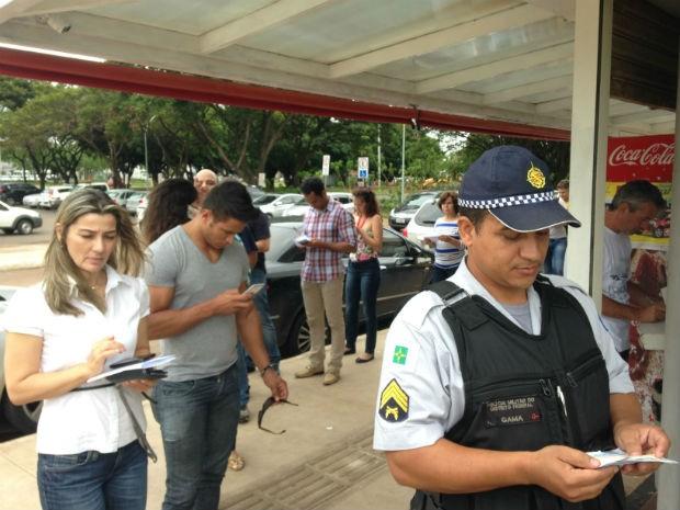 O policial militar Lair Pereira espera na fila da lotérica (Foto: Marianna Holanda/G1)