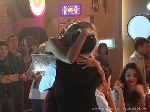 Brunettý tasca aquele beijão em Douglas. U-lá-lá! (Foto: Sangue Bom/TV Globo)