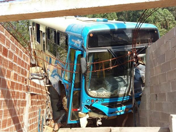 Acidente com ônibus em Juiz de Fora (Foto: Danierl Torres/G1)