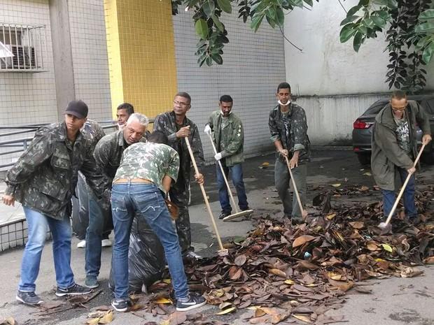 Voluntários varrem o IML na manhã desta quinta (9) (Foto: Cristina Boeckel / G1)