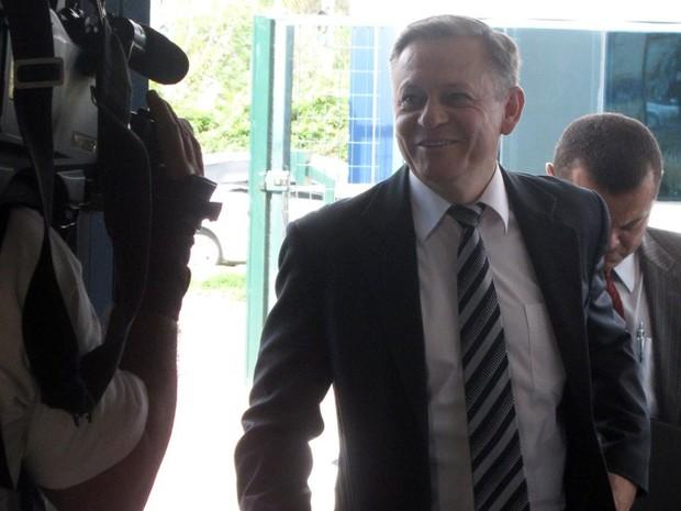 Candidato Pedro Bigardi (PC do B) foi o primeiro na emissora, às 7h40 (Foto: Geraldo Jr. / G1)