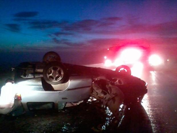 Um dos carros capotou na rodovia após a colisão (Foto: Paulo Ledur/RBS TV)