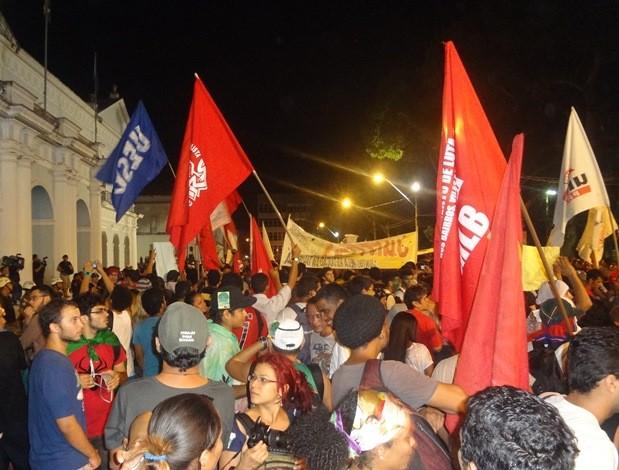 Manifestantes estavam em frente ao prédio da prefeitura quando coquetel molotov foi explodido. (Foto: Gil Sóter/ G1)