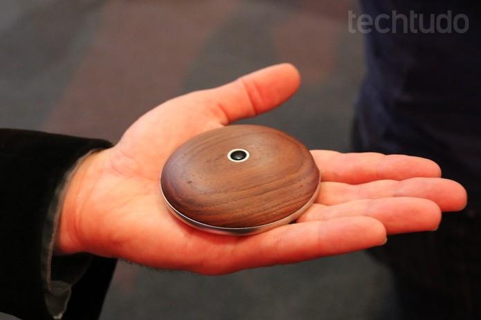 Runcible une funções de smartwatches e smartphones em uma carcaça que cabe na palma da mão (Foto: Isadora Díaz/TechTudo)