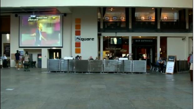 Praça vazia em Glasgow durante a partida da Grã-Bretanha (Foto: Reprodução)
