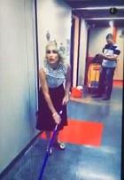 'Êta Mundo Bom': Flávia Alessandra se diverte limpando chão nos bastidores