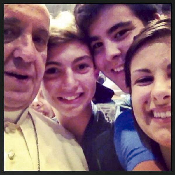 O selfie papal não foi tirado pelo próprio Papa (infelizmente), mas por um grupo de jovens italianos que se encontrava em Roma para uma peregrinação. (Foto: reprodução)