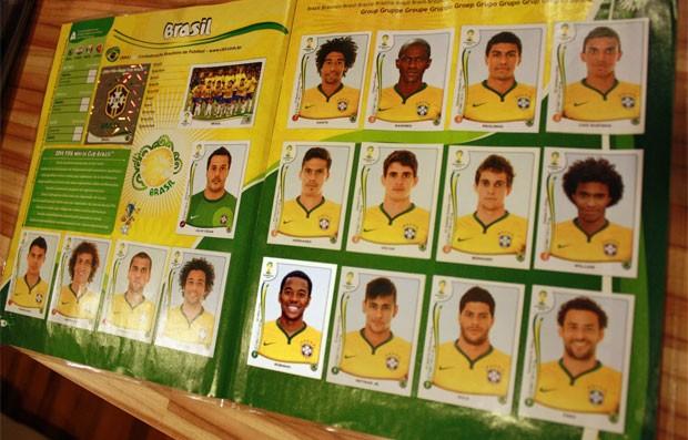 Dos rostos nas figurinhas da equipe brasileira, só Robinho ficou de fora da lista oficial de convocados (Foto: Reprodução)
