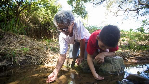 Júlia ajuda a proteger uma das nascentes do Ribeirão do Onça (Moisés Silva/O Tempo)
