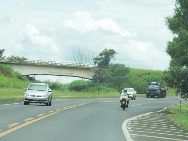 Ponte foi construída ao lado da BR-153, mas nunca foi utilizada (Foto: Marcos Lavezo/G1)
