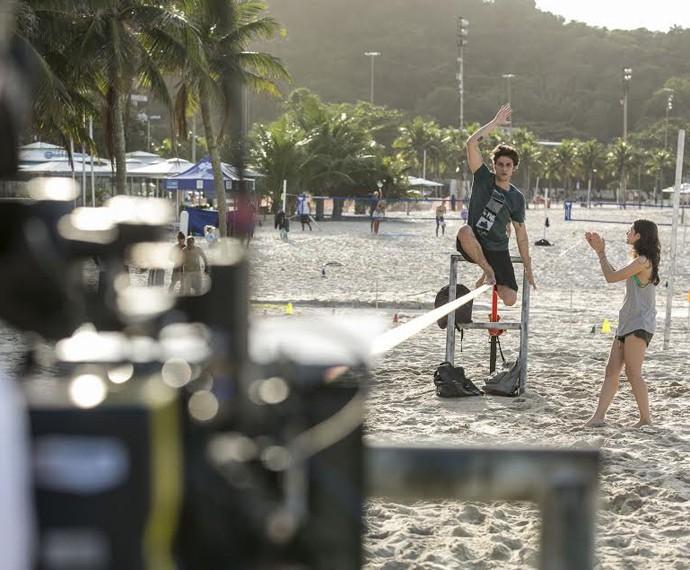 Chay Suede se concentra para gravar praticando slackline (Foto: Inácio Moraes/ Gshow)
