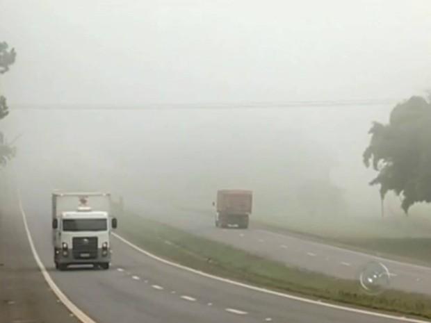 Polícia recomenda atenção nas rodovias, principalmente em trechos com neblina. (Foto: Reprodução TV TEM)