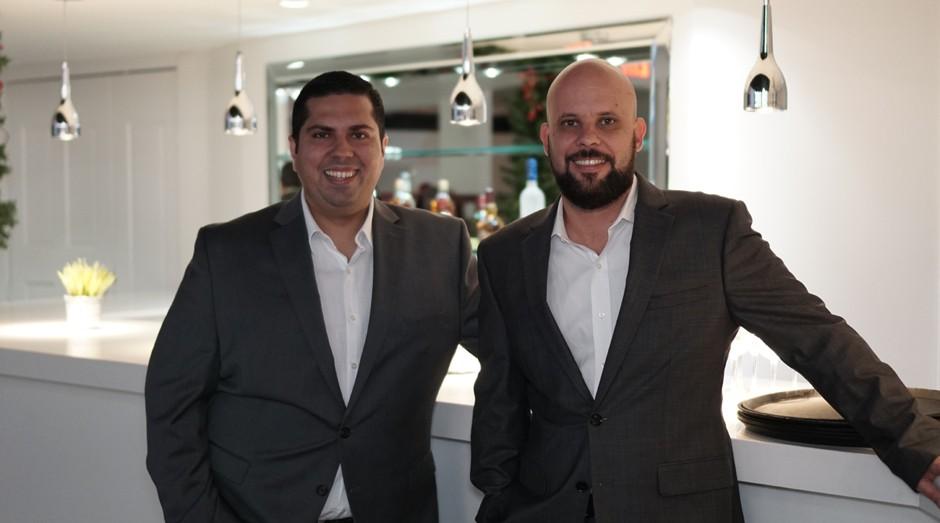 Alex Alencar e Leonardo Charamba, proprietários do restaurante Camila's (Foto: Divulgação)