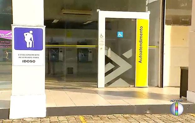 No Portugal Center, os criminosos arrombaram um dos terminais usando um maçarico  (Foto: Reprodução/Inter TV Cabugi)