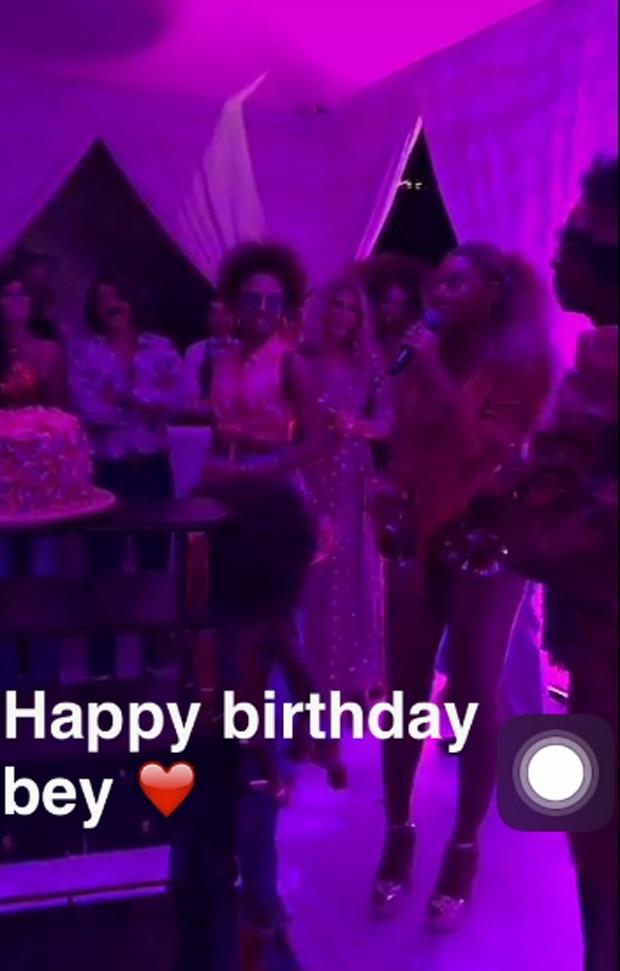 Beyoncé (com Jay Z à direita) celebra 35 anos com festa (Foto: Reprodução)