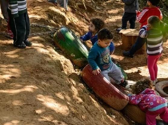 Crianças brincando na terra (Foto: Joel Reichert - Divulgação Instituto Alana)