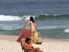 Glenda Kozlowski toma sol na praia de Ipanema