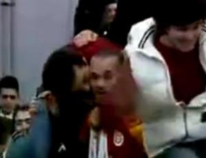 Frame - Torcedor do Galatasaray beijando Sneijder (Foto: Reprodução)