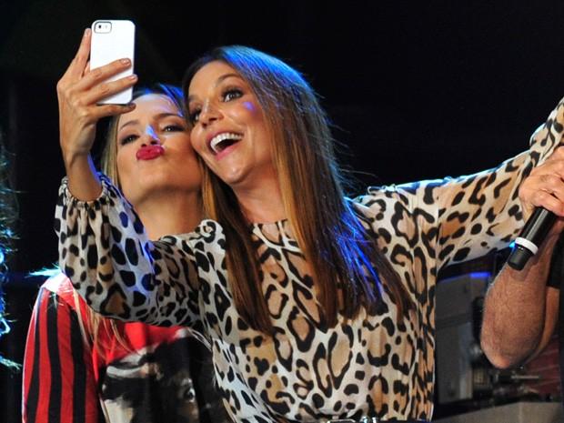 Ivete Sangalo faz uma selfie com Claudia Leitte no 'Altas Horas' (Foto: Reinaldo Marques / Gshow)