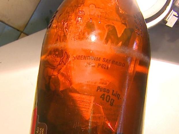 Comerciante de São Carlos encontra saco de amendoim vazio em garrafa de cerveja fechada (Foto: Paulo Chiari / EPTV)
