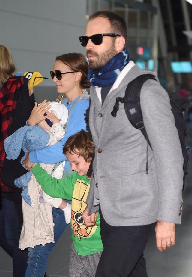 Natalie Portman e a família (Foto: BACKGRID)