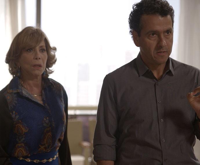 Furioso com o que houve,  Aderbal manda a filha embora de casa (Foto: TV Globo)